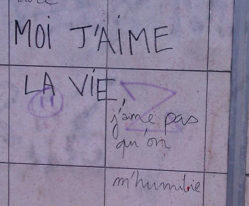 """Écrit sur le mur: """"Moi j'aime la vie, j'aime pas qu'on m'humilie"""" (photo)"""