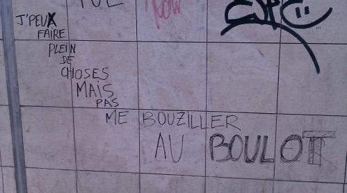 """Écrit sur le mur: """"Je peux faire plein de choses mais pas me bouziller au boulot"""" (photo)"""