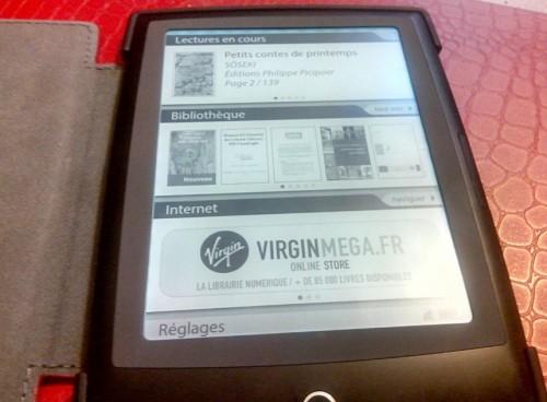 Photo : le Cybook Odyssey HD Frontlight dans sa couverture, ouvert à l'écran d'accueil
