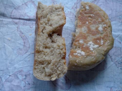 Photo : miche de pain sortant du cuiseur à riz, rompue pour montrer la mie