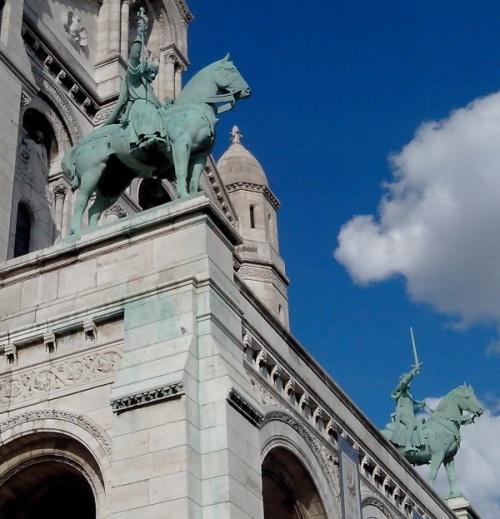 Photo : statues équestres d'anges armés d'épées, portail de la Basilique du Sacré-Cœur de Montmartre (Crédit : Irène Delse)