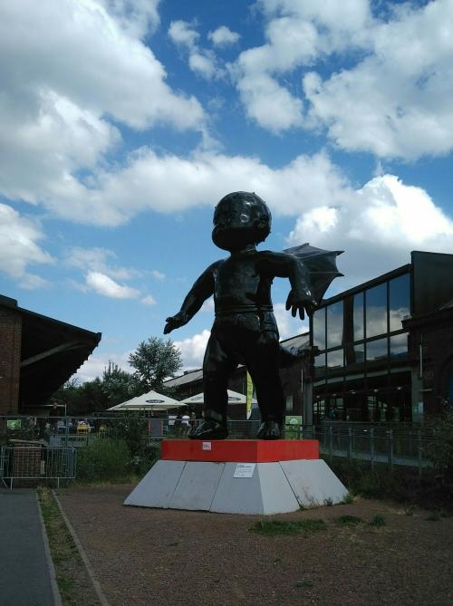 Statue moderne : la chute des anges (plastique noir)
