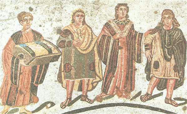 Mosaïque représentant quatre personnes, dont une dame de la haute société, une servante et feux jeunes gens