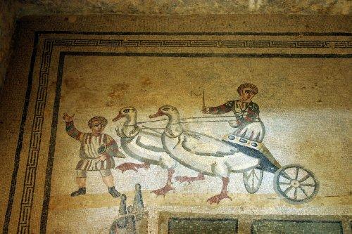 Mosaïque romaine : enfant conduisant un char tiré par des oies