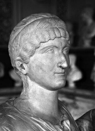 Buste en marbre d'une femme coiffée d'un diadème