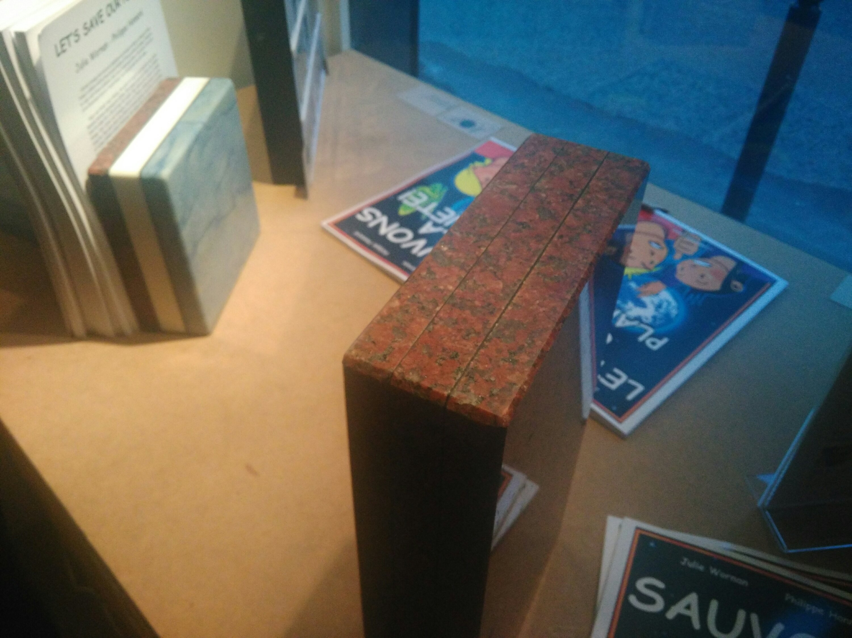 Photo : deux briques avec l'aspect de la pierre, l'une du granite rouge, l'autre tricolore, avec granite rouge, marbre blanc et quartzite gris-bleu