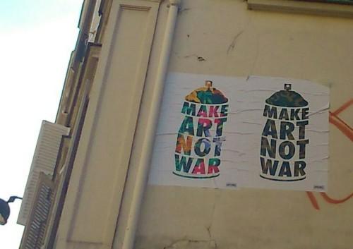 Photo d'un collage sur un mur : deux bombes aérosols avec les mots :