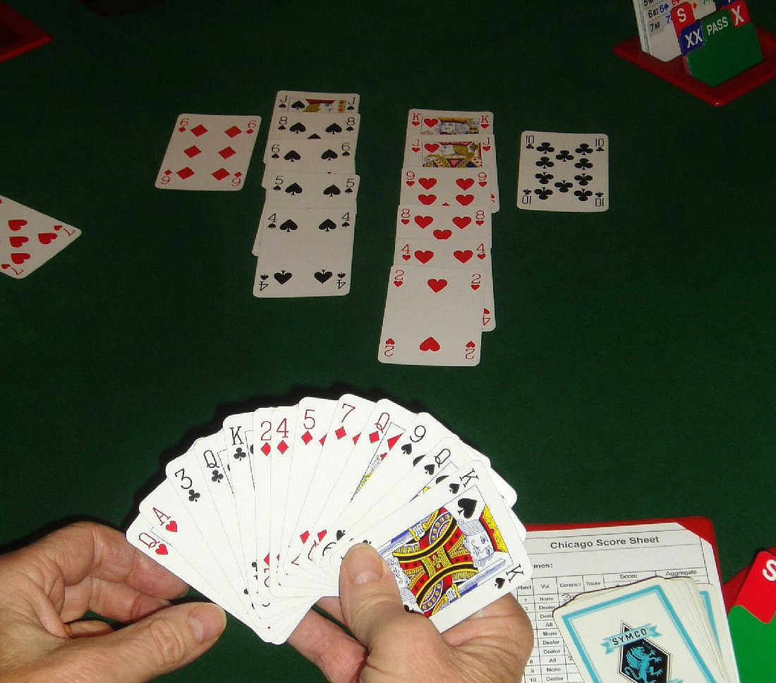 Cartes à jouer pendant une partie de bridge