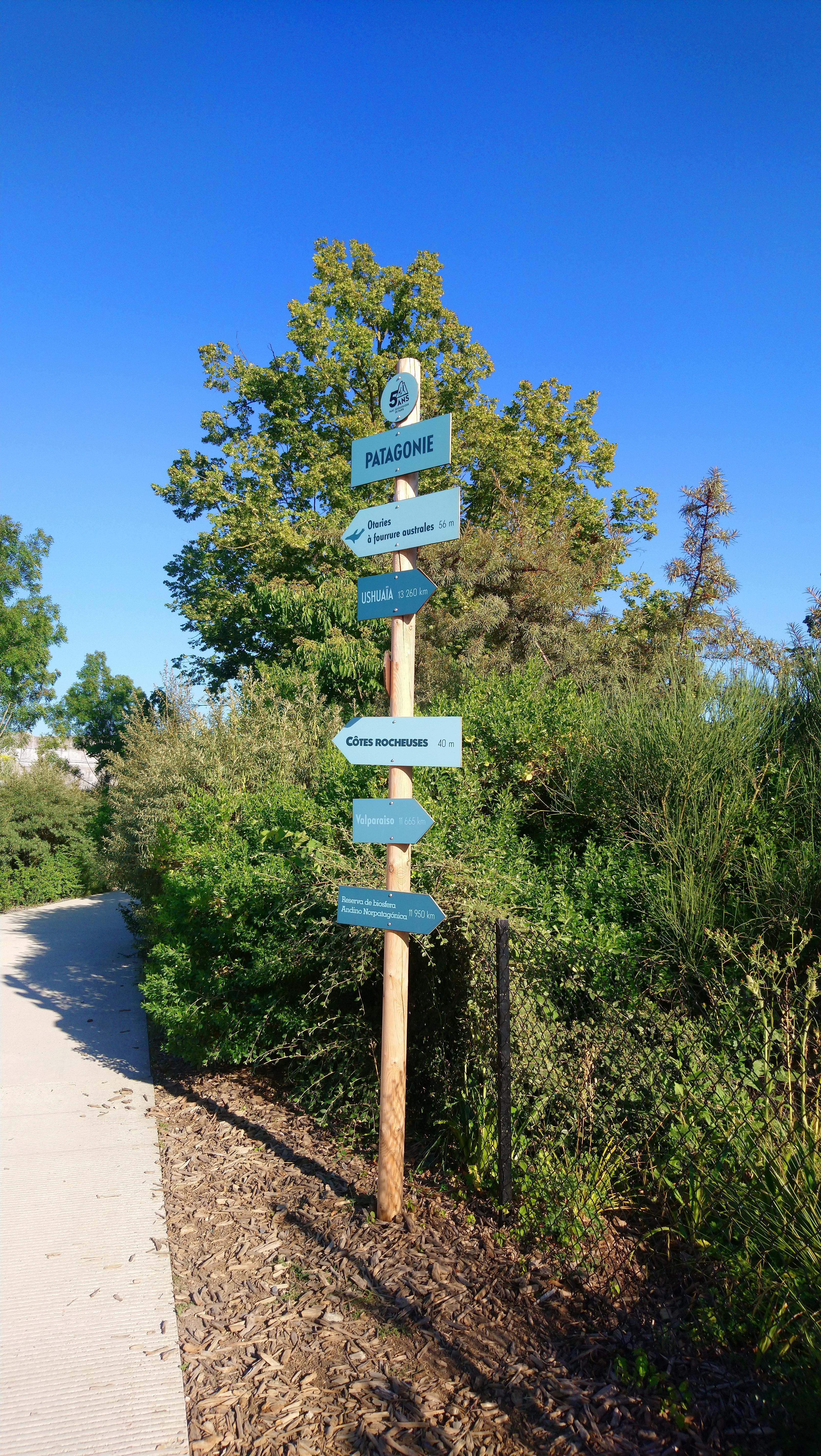 Photo : panneaux indiquant les différentes attractions du zoo mais aussi des villes lointaines